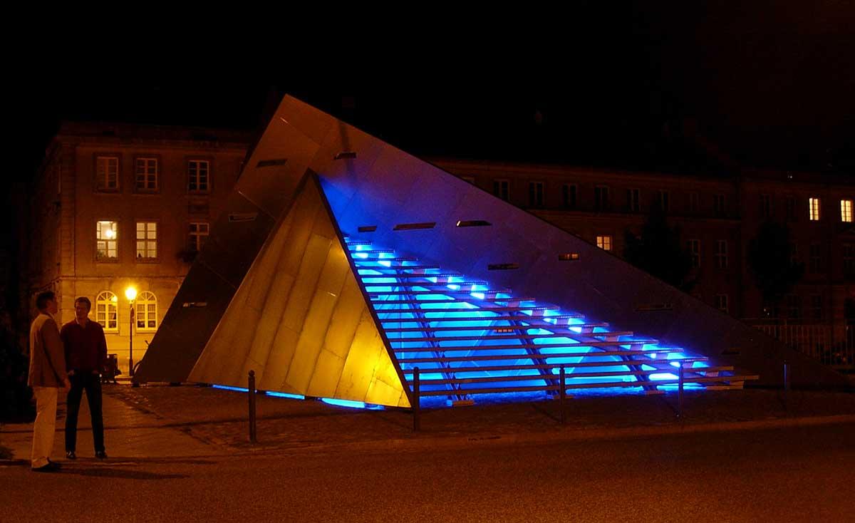 Treppenpyramide von Colin Ardley